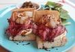 パニーノの神様に知らせたい!ローストビーフを輝かせる、梨のマリネのおとなびた表情♪ 西荻窪・3&1 Sandwich トレ エ ウーノの「Roast Beef Sandwich」