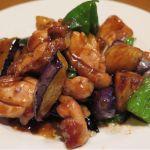 「野菜三種と鶏肉の味噌炒め」鶏肉の旨みをひきたてる穏やかな合わせ味噌の香り! ナス・ピーマン・ジャガイモの風味も艶めいて、食べ応え有り♪ 東中野・福建家庭料理 旬の香