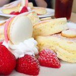 ザ・ラウンジニューオータニオリジナルパンケーキ ~あまおう添え~リコッタチーズの絶妙なふわふわ生地に3種類のメイプルシロップをお好みで。付け合わせのマカロンが絶品!上品な一皿。