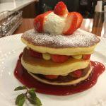 Cafe de Esola 豆乳入りの生地はふんわりしてもちっと感もあり、すごく美味しい(^O^)イチゴパンケーキは生地と生地の間にカスタードとイチゴが挟まった贅沢な一品(^O^)
