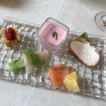 アマルフィイ モデルナ 丸の内オアゾ。手前はサーモンとカンパチ。じゃが芋の冷製スープの綺麗なピンク色はビーツ。お味はしっかりじゃが芋(*≧∀≦*)