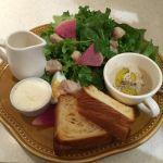 ラ・メゾン アンソレイユターブル  渋谷パルコ店。チキンと彩りサラダのデニッシュプレート&☕️  1100円