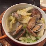 あさりと春キャベツの白ワイン蒸し@海賊の台所。食べ終わったら、スープでリゾット作ってくれるって!春の#飯テロ