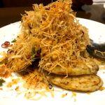 茄子のピリ辛揚げ 上にのってるのは揚げたジャガイモ
