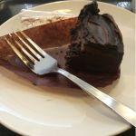 チョコレートケーキの提供量は、半分にしてもいいと思う。美味しいけど食べきれない…スターバックス・コーヒー 新宿サブナード店