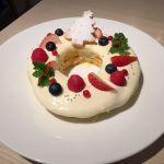 Moke's Bread&Breakfastクリスマスレイラニパンケーキ。チーズクリームとベリーの美味しい組み合わせ!