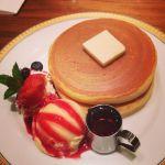 丸福珈琲店 阪急西宮ガーデンズ ベリーとアイスのホットケーキ 久々にシンプルなホットケーキ♡焼き方を見ると手作りというのがわかってうれしい((*'ω'*))))
