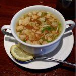 ランチタイムにジャワチキンカレーを頂きました。スープ・ドリンク・デザートが付いて1000円とお得感あり。鳥肉がゴロゴロ入っていて、ココナッツミルクが効いていてとても美味しい。