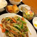 ランチ定食C。牛肉とピーマン細切り炒めにご飯、スープ、サラダ、杏仁豆腐、春巻までついて780円@東苑飯店