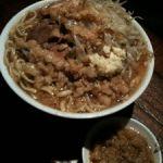 ラーメン荘 その先にあるものなう。ラーメン700円ニンニクアブラコール。麺がだいぶひらべったいね。少しパサつくな。スープがイイね!脂の甘さ。唐辛子が備えていないのが残念だ。