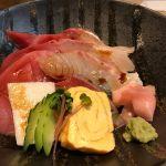 今日のお昼、グランフロント大阪にある近大マグロが食べれる店に。1時半頃だったし並ぶこともなかった。全て養殖の海鮮丼 ¥1850 ちょい高いけど話のネタだ - 近畿大学水産研究所