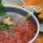 焼津さかなセンター 山水:生しらす桜えび丼とうにの握り 市場の中のお店です。丼もめちゃ旨ならうにもめちゃ旨~。食堂で食べるより良いかもですね。旨いっす!!!