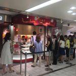 マキシム・ド・パリ ケーキショップ ソニービル店。閉店ということで行列。売り切れてます。