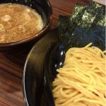 「麺食い 慎太郎」で魚介豚骨つけ麺。都庁の近くにあって石原氏が都知事時代にオープンしているのですごくネタっぽい店名なんだけど、意外に美味しい。