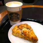スターバックス・コーヒー 静岡丸井店 でトールカフェミストとブルーベリークリームスコーン(230円)。期間限定の豆グァテマラ カシ シエロで作っていただいたカフェミストです。美味しい!