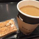 ブルディガラ・エクスプレス 東京   コーヒーとクッキー(530円)    家族連れでいっぱい。コーヒーだけでは居づらくナッツの乗ったクッキーを買いました。
