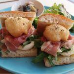 「生ハムとカリフラワーのフリット、パルミジャーノクリームのサンドイッチ」は、新春に相応しい、清らかな輝きを封じ込めた一品! 西荻窪・トレエ ウーノ