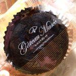 お土産で頂きました♡  しっとりとしたチョコレート生地の中に、甘酸っぱいジャムが入っています(o´ω`o)ノ