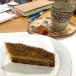 ローズベーカリー 銀座でレモンとズッキーニのケーキにラプサンスーチョン アイシングの甘さとケーキの味がいい感じ。もう少しズッキーニ入ってても食べられるかも。