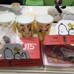 スヌーピー・バックロット・カフェ★USJ内。店内には大きな飛行機に乗ったスヌーピーが。スヌーピー好きの三男の夢♡達成!。食事は、ハンバーガーなど。