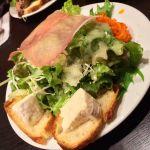 BISTRO 石川亭相方の前菜は生ハムとカマンベールのサラダ。