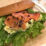 ランチにサーモンとアボカドのサンドイッチ。😋