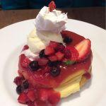 期間限定♡ストロベリーレッドパンケーキ 1,300円♡友達のをパチリ☆ベリーの酸味でよだれ止まらない☆