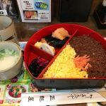 以前梅田でお昼に迷った時に Twitter で @rousseau_mania さんに教えてもらった正起屋でお昼にした。鳥そぼろ弁当、かな?全てうまいぞ - 正起屋 阪急三番街店