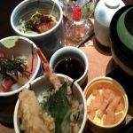 和麺カフェ 花ごよみ なうみつぞろえ¥1080を頂く。9種のミニ丼から3種が選べるセット、うまうま♪