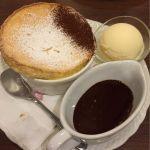 スフレパンケーキ、チョコレートソース。アイストッピング。見た目はすっごく魅力的だがノーマルパンケーキのが断然美味。リピはなし。