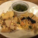 オリーブ、筍のサラダ、タイ風サラダ。