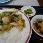 横濱一品香 ららぽーと横浜   五目中華丼(880円)   セロリが味覚のアクセントになっている