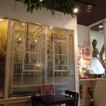 こちらはシロハラ二羽と、タイハクxアカビタイムジオウムのハイブリッドが入っているケージ。 @ 鳥のいるカフェ
