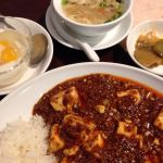 景徳鎮 @市場通り ランチで四川風麻婆豆腐掛け御飯 ¥1080 いただきました。熱い、辛い、痺れる、からの美味い!