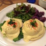カイルア・ウィークエンド 自家製ブレストチキンハムエッグベネディクト。スープも付いてて食べ応えあり。でも、片方の卵、完全にゆで卵だった。