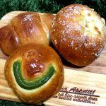 朝ごはんには昨夜仕込んでたコチラのパンを。塩バターあんぱんに抹茶クリームパンと具材が肉まんのパン🎵3つ食べても370円ほど‼️どれも美味しい💕