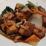 「揚げ豆腐と野菜の豚肉炒め」 豚肉をじっくり炒めて濃厚なコクと旨みを引き出し。店で揚げたフルッフルの香ばしい豆腐は、ほんのり唐辛子がピリリ〜♪ 東中野・福建家庭料理 旬の香