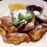 CAFE LANDTMANN ウィーンのパンケーキ、カイザーシュマーレン。フレンチトーストみたいな食感。リンゴとスモモのジャム付き。甘いけど美味しかった。
