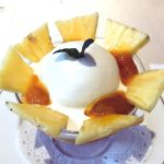 和光ティーサロンでマンゴープリン この下にマンゴープリン、タピオカ、マンゴージェレ、ココナッツアイスの上からココナッツミルク。飾りのパイナップルの香りも酸味もいい。おススメです。
