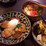 ちゅら屋横浜駅のジョイナスダイニングで昼食。ラフティー丼と沖縄ミニそば定食。お惣菜食べ放題。