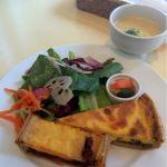 カフェ エメ・ヴィベール  - 本日のキッシュ2種とサラダ(ランチ)