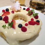 クリスマスレイラニパンケーキ*レアチーズ風味のクリームがあっさりめなので、大きなパンケーキもペロリといけちゃう(^.^)ベリーも数種類あって嬉しい!もっちりパンケーキも好みでした♡