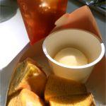ホットバームクーヘンセット@Cafeねんりん家 羽田空港店。温かいとバームクーヘンがより甘く感じます。ホイップかバニラアイス付き。