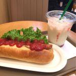 ホットドックと飲むヨーグルトで950円。空港価格😅