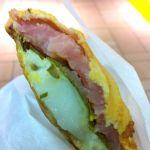 薄皮たい焼き 銀のあん 新宿アルタ店  の桜餡!半分が白玉なんて…リッチィ〜♪ 桜の葉はやはりマストなんですね☆