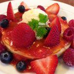 ベリーベリーパンケーキ: イチゴ・ブルーベリー・ラズベリー 、バニラアイス。ケーキ屋さんなのでフルーツもソースも美味しぃ〜(^o^)