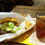 「FRESHNESS BURGER 千里大丸プラザ店」にて、てりやきチキンバーガーを食べた♪シュリンプバーガーが期間限定で復活してるのを知ったのは注文した後だった…。