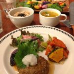 チャヤマクロビカフェ アンド デリ 日比谷店で、根菜と豆腐のハンバーグ、ミントティー、長野の苺のショートケーキ。