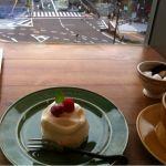 勉強すると言いながらケーキを頼んでいるがどうか見逃してほしい - ア・ラ・カンパーニュ アトレ大井町店