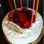 アンテノール 和歌山近鉄店おばあちゃんバースデーはここ数年恒例アンテノールのケーキ。スポンジが軽くてふわふぁ、クリームも重くなくて、甘さ控えめでおいしいから、家族全員食べやすい。